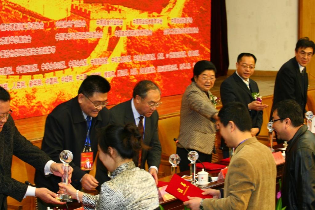 我院院长(右二)陪同十届全国人大副委员长顾秀莲(右三)向获奖单位发放奖杯.JPG